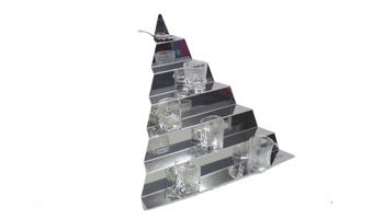 Location vaisselle : escalier triangulaire en inox - Ambassade Receptions