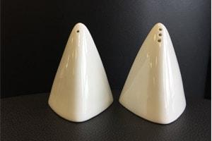 Location : menegere pyramide blanche en porcelaine - Ambassade Receptions
